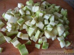 Овощное рагу: Кабачок моют, очищают и нарезают мелкими кубиками.