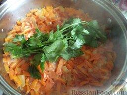 Овощное рагу: Сверху кладут связанный пучок листьев петрушки (потом его удаляют). Тушить овощное рагу еще 5-10 минут под крышкой на самом маленьком огне.