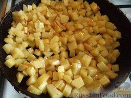 Овощное рагу: Картофель, кабачки, морковь и лук обжаривают по отдельности. Для этого разогревают сковороду, наливают растительное масло (3-4 ст. ложки). В горячее масло выкладывают подготовленный картофель. Жарят на среднем огне, помешивая, 10 минут. По вкусу солят.