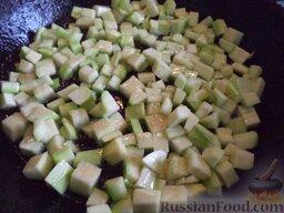 Овощное рагу: Картофель выкладывают на тарелку. В сковороду добавляют масло, если это необходимо (1-2 ст. ложки). В горячее масло выкладывают кабачок. Жарят на среднем огне, помешивая, 5 минут. По вкусу солят. Кабачок выкладывают в другую  тарелку.