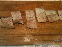 Треска, запеченная в майонезе: Филе трески нарезают порционными кусками, посыпают солью и перцем.