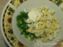 Треска, запеченная в майонезе: Соединяют лук, яйцо, сметану. Солят, перчат.
