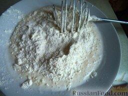 Цветная капуста в кляре: Далее добавить в них поочередно сметану и муку, затем соду, соль и сахар по вкусу. Кляр размешать до однородной массы.