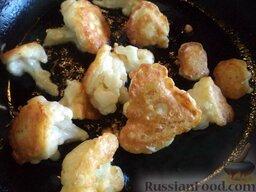 Цветная капуста в кляре: Разогреть сковороду, выложить сливочное масло. Подготовленную цветную капусту в кляре выложить и жарить на сковороде в разогретом масле на среднем огне, помешивая, 2-3 минуты.