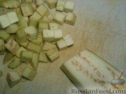 Баклажаны жареные с чесноком и соевым соусом: Баклажаны вымойте, очистите от кожуры и нарежьте кубиками или ромбиками толщиной около 1 см.