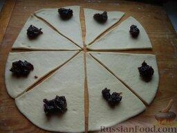 Сдобные рогалики с абрикосовым повидлом: Подсыпая  муку раскатать тесто (толщиной около 0,5 см). Разрезать пласт теста на квадраты или треугольники и на каждый выложить по чайной ложке абрикосового повидла.