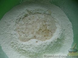 Сдобные рогалики с абрикосовым повидлом: В муке сделать ямку. Добавить в муку желток, 20 г мягкого сливочного масла, влить молоко с дрожжами.