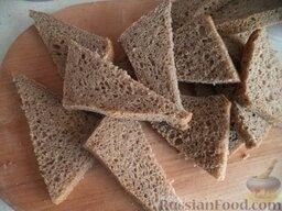 Гренки из ржаного хлеба с чесноком: Ломти хлеба разрезать пополам.