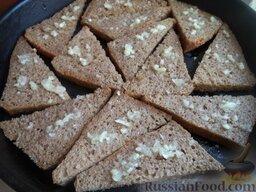 Гренки из ржаного хлеба с чесноком: Подготовленные гренки выложить на противень. Поставить противень в духовку на среднюю полку. Запекать в горячей духовке при температуре 180 градусов до появления хрустящей корочки (около 10 минут).