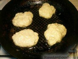 Оладьи на дрожжах: Разогреть растительное масло (2-3 ст.ложки).   Не мешая теста, брать его ложкой, класть на сковороду в горячее масло. Поджарить с обеих сторон. Сначала жарить на среднем огне с одной стороны  2-3 минуты.