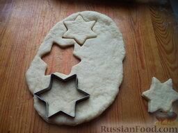 Дешевые домашние коржики: Последний раз раскатать пласт толщиной 1 см и вырезать из него формочками печенье.