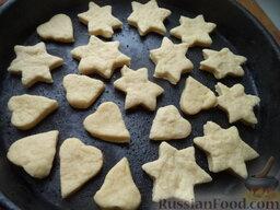 Дешевые домашние коржики: Противень смазать маслом, выложить печенье.