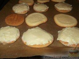 Пирожное «Буше», глазированное шоколадом: Круглые заготовки бисквита «Буше» делят на две части. Одну часть заготовок переворачивают выпуклой частью вниз, а гладкую сторону смазывают кремом.