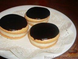 Пирожное «Буше», глазированное шоколадом: Затем заглазированные кружочки укладывают на кружочки, смазанные кремом.  Пирожное «Буше», глазированное шоколадом готово. Приятного аппетита!