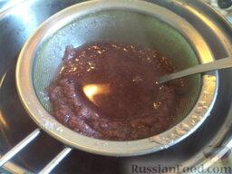 Морс из клюквы: Перебранную и промытую клюкву размять, отжать сок. Накрыть посуду с соком крышкой и поставить в холодильник или в темное прохладное место.