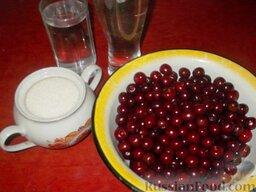 Вишневый ликер: Подготавливают продукты для приготовления вишневого ликёра.