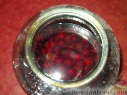 Вишневый ликер: Как приготовить вишневый ликер:    Вишню (с косточками) заливают спиртом в банке, плотно укупоривают и настаивают неделю, ежедневно встряхивая.