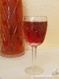 Вишневый ликер: Полученную жидкость оставляют на 2—3 недели для осветления, после чего сливают вишневый ликер в бутылку через воронку с фильтром.    Вишневый ликер готов. Приятного аппетита!