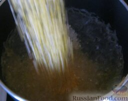 Каша из кукурузной крупы: Кукурузную крупу промыть. В большую кастрюлю налить воду, насыпать соль и довести до кипения. В кипящую воду всыпать крупу, постоянно помешивая.