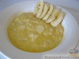Каша из кукурузной крупы: Кукурузную кашу подавать на порционных тарелках горячей. При желании можно добавить еще сливочного масла в каждую порцию.   Можно украсить кашу фруктами...