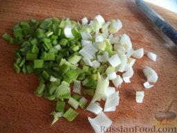 Салат из пекинской капусты: Лук зеленый вымыть, мелко нарезать.