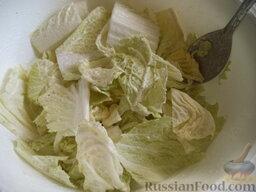 Салат из пекинской капусты: Подготовленные  листья пекинской капусты полить салатной заправкой, перемешать.