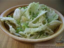Салат из пекинской капусты: Затем уложить в салатницу и посыпать зеленым луком. Салат из пекинской капусты готов.  Приятного аппетита!