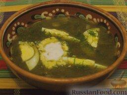 Щи зеленые из щавеля: Щи зеленые из щавеля можно подать с мясом - в этом случае в тарелку положить по половинке или четверти яйца, сваренного вкрутую. Или можно положить сваренное в