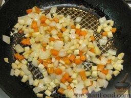 Щи зеленые из щавеля: Помешивая, слегка обжарить коренья (на среднем огне 10 минут).  Как вариант, можно коренья обжарить в суповой кастрюле на жире, снятом с бульона.