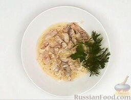 Бефстроганов из свинины: Украсить готовое блюдо зеленью.  Подавать бефстроганов хорошо с жареным картофелем и листовым салатом.