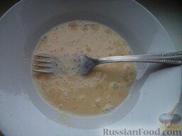 Печень свиная жареная (панированная): Яйцо вбивают в миску, взбивают.