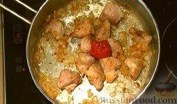 Гуляш из свинины: Посолите, поперчите, добавьте томатную пасту.