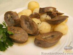 Почки свиные тушеные: Подают к столу почки тушёные с картофелем или рассыпчатой кашей.