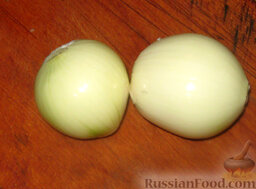 Тушеная капуста с мясом и грибами: Нарежьте лук полукольцами. Пассеруйте до золотистого цвета.