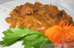 Тушеная капуста с мясом и грибами: Капуста будет готова через 40-50 минут. За 5 минут до окончания добавить мелко нарезанный чеснок и лавровый лист.  Приятного аппетита!