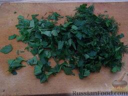 Салат с кальмарами и красной икрой: Зелень мелко нарезать.