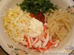 Салат с кальмарами и красной икрой: Все продукты смешать, добавить икру, мелко нарезанную зелень и заправить майоензом.