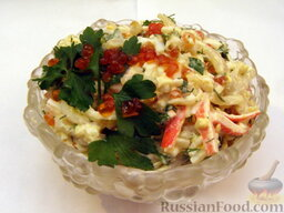 Салат с кальмарами и красной икрой: Украсить салат с кальмарами и икрой веточкой петрушки, на которую выложить несколько икринок.