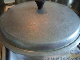 Плов грузинский: Сверху - мелко нарезанную курагу. Закройте крышкой и тушите 35 минут на очень слабом огне. Специи и соль пока не протушится смесь не добавляйте.