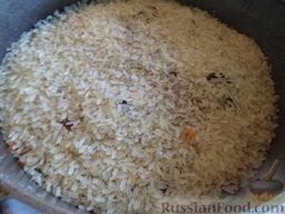 Плов грузинский: Засыпьте и разровняйте рис (с мясом не перемешивайте). Закройте крышкой казан и, вдвое увеличив огонь, оставьте на 15 минут.