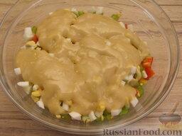"""Салат """"Неаполь"""": 4 слой: вареные яйца. Залить соусом - половиной нормы."""