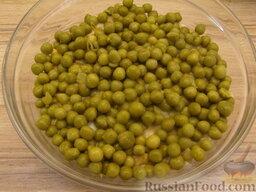 """Салат """"Неаполь"""": 5 слой: зеленый горошек."""