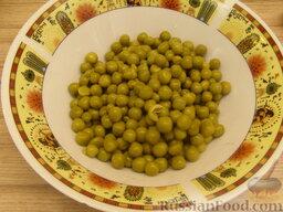 """Салат """"Неаполь"""": Горох выложить в тарелку, дать обсохнуть."""