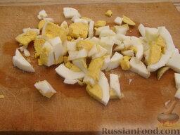 """Салат """"Неаполь"""": Яйца отварить (залить холодной водой, довести до кипения, после закипания варить 5-7 минут). Остудить. Очистить, нарезать."""