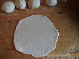 Эчпочмак (по-татарски): Затем нарезать небольшими кусками (как для обычных пирожков, размером приблизительно как яйцо). Придать им форму шарика, раскатать в лепешки размером с чайное блюдце.