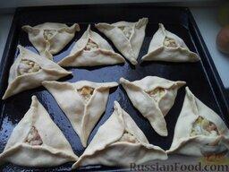 Эчпочмак (по-татарски): Включить духовку. Противень смазать маслом. Треугольные пирожки выложить на смазанный противень.