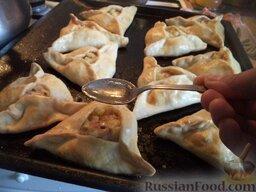 Эчпочмак (по-татарски): Через полчаса эчпочмаки вынуть, влить в серединку каждого пирожка бульон (1-2 ч. ложки) и снова поместить в духовку еще на 20-30 минут.