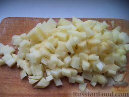 Эчпочмак (по-татарски): Картофель очистить, помыть. Такими же кусочками как мясо нарезать очищенный сырой картофель.