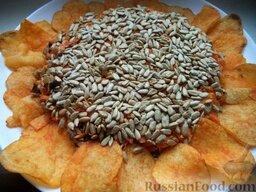 """Салат """"Подсолнух"""": По краю салата выложить чипсы в виде лепестков цветка, серединку салата «Подсолнух» усыпать семечками!  Салат"""