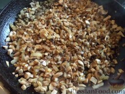 """Салат """"Подсолнух"""": Сковороду разогреть, налить растительное масло. В горячее масло выложить лук и грибы. Шампиньоны обжарить с луком на среднем огне, помешивая, около 5 минут."""